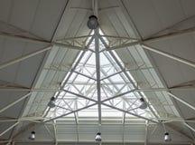 Divisez en triangles le toit de bâtiment de lucarne photo libre de droits