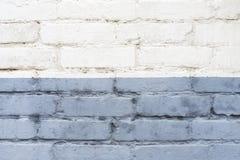 Divisez le vieux fond blanc et bleu de mur de briques divisé horizontalement photographie stock