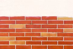 Divisez le vieux fond de mur de briques blanches et rouges divisé horizontalement images libres de droits