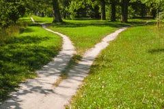 Division du sentier piéton en parc photographie stock libre de droits