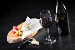 Divisione del vino delle olive del formaggio del prosciutto della carne del vassoio fotografie stock libere da diritti