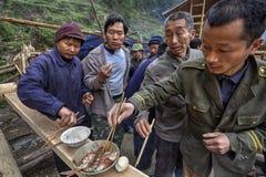 Divisione dell'alimento su una celebrazione rurale, agricoltori locali della gente, Cina Fotografie Stock