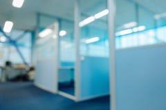 Divisioni vaghe delle porte del corridoio dell'ufficio senza fuoco immagine stock libera da diritti