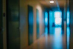 Divisioni vaghe delle porte del corridoio dell'ufficio senza fuoco fotografia stock