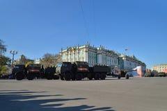 Divisionsartillerie-LKWs mit Gewehren auf dem Palast quadrieren während Stockfoto