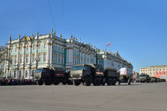 Divisionsartillerie-LKWs mit Gewehren auf dem Palast quadrieren während Lizenzfreie Stockfotografie