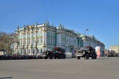 Divisionsartillerie SCHLOSS auf Palastquadrat während einer Wiederholung von lizenzfreie stockfotos