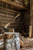 Divisor del hacha pegado en yarda de madera del pueblo del inicio de sesión del abedul Fotos de archivo libres de regalías