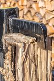 Divisor del registro al partir un pequeño tronco de árbol fotos de archivo