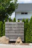 divisore all'aperto del recinto del giardino di legno e verde Fotografia Stock Libera da Diritti