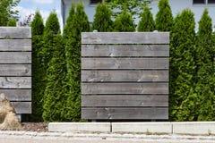divisore all'aperto del recinto del giardino di legno e verde Immagine Stock