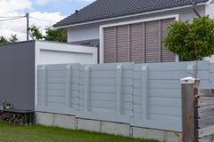 divisore all'aperto del recinto del giardino di legno e verde Fotografie Stock