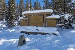Divisoria continental en la frontera de Banff y de los parques nacionales de Kootenay, paso bermellón, Alberta, Columbia Británic imagen de archivo