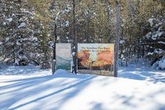 Divisoria continental en la frontera de Banff y de los parques nacionales de Kootenay, paso bermellón, Alberta, Columbia Británic fotografía de archivo