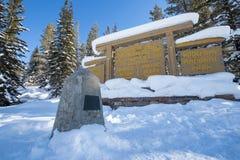 Divisoria continental en la frontera de Banff y de los parques nacionales de Kootenay, paso bermellón, Alberta, Columbia Británic imagenes de archivo