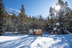 Divisoria continental en la frontera de Banff y de los parques nacionales de Kootenay, paso bermellón, Alberta, Columbia Británic foto de archivo