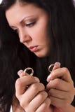 Divorce. Boucle de mariage triste d'or de fixation de femme. Image libre de droits
