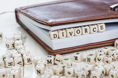 DIVORCE de Word sur la vieille table en bois Photo libre de droits