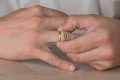 Divorce, séparation : homme enlevant le mariage ou la bague de fiançailles image libre de droits