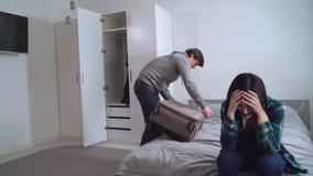 Divorcement d'amusement dans l'appartement moderne banque de vidéos