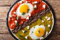 Divorciados di Huevos, uova fritte sulle tortiglii di cereale con due salse Fotografie Stock