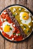 Divorciados di Huevos, uova fritte sulle tortiglii di cereale con due salse Fotografia Stock