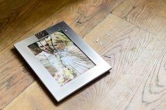 Divorcio quebrado del marco de la foto de la boda Imagen de archivo libre de regalías
