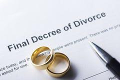 Divorzi la forma del decreto con l'anello e la penna del matrimonio fotografia stock libera da diritti
