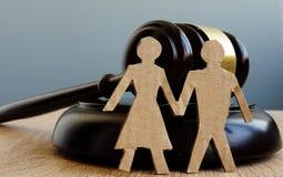 Divorzio ed assegno alimentare Problemi di relazione Gavel e figure delle coppie fotografia stock libera da diritti