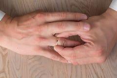 Divorzio, separazione: equipaggi l'eliminazione le nozze o dell'anello di fidanzamento, vista superiore fotografia stock libera da diritti
