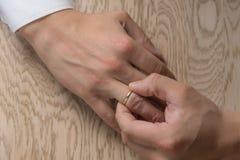 Divorzio, separazione: equipaggi l'eliminazione le nozze o dell'anello di fidanzamento, vista superiore fotografie stock libere da diritti