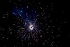 Diwali-Abende - Chakkar-Feuerwerke in der Dunkelheit lizenzfreies stockbild