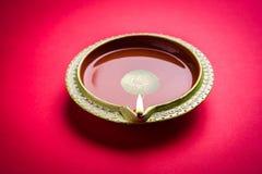 diwali diya储蓄照片或在红色背景,愉快的diwali的黏土灯 图库摄影