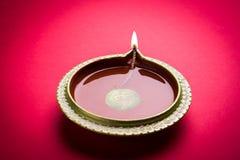 diwali diya储蓄照片或在红色背景,愉快的diwali的黏土灯 库存图片