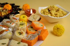 Diwali Diya et bonbons traditionnels pour des célébrations de Diwali photo libre de droits