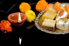 Diwali Diya i Tradycyjni cukierki dla Diwali świętowań obrazy stock