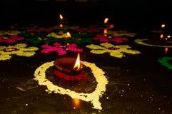 Diwali feliz, decoración del festival aisló el fondo fotografía de archivo