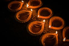 Diwali feliz - lâmpadas do diya ou de óleo da terracota sobre a argila Fotos de Stock