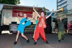 Diwali festival: Unga kvinnor i Indier-themed dansa för dräkter arkivbilder