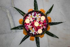 Diwali floting diya z kwiatami w uruli obraz royalty free