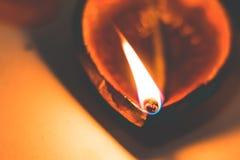 Diwali oliwi glinianą lampy aladdin także dzwoniącą lampę na zmroku - pomarańczowego czarnego backgroundDiwali oleju lampy aladdi zdjęcia royalty free