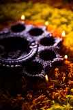 Diwalidiya of auspecious die olielamp uit teracotta wordt samengesteld Stock Foto