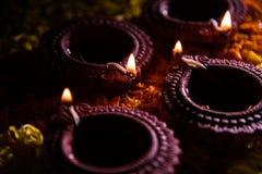 Diwalidiya of auspecious die olielamp uit teracotta wordt samengesteld Royalty-vrije Stock Afbeelding