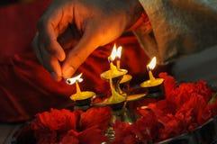 Diwalifestival van lichten, hand die een Indische olielamp aansteekt Stock Foto
