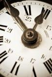 Dix à douze sur un vieux visage d'horloge Photographie stock libre de droits