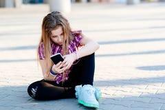 Dix ans de fille à l'aide du smartphone Image libre de droits
