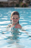 Dix ans de fille dans la piscine Photos libres de droits