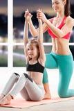 Dix ans de fille strething à la classe de forme physique Photos stock