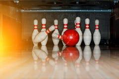 Dix bornes blanches dans un bowling avec le coup de boule Image libre de droits