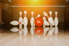 Dix bornes blanches dans un bowling avec le coup de boule Photographie stock libre de droits